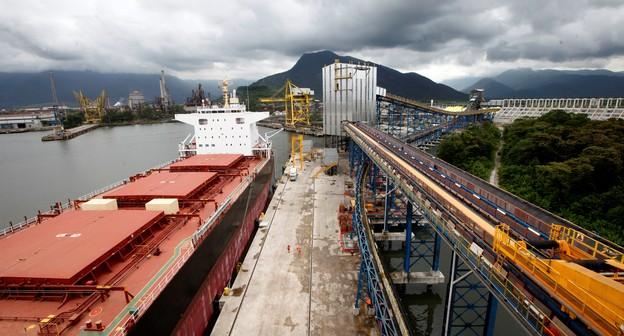 Número de navios para soja do Brasil em março salta mais de 40%; chuva desafia logística