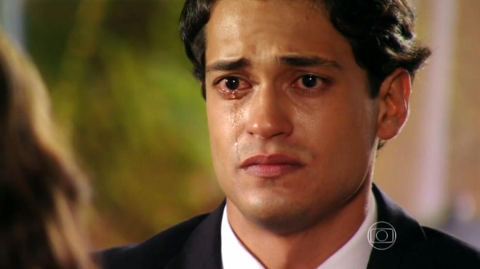 Hélio (Raphael Vianna) confessa que é o culpado pelo crime que deixou Donato (Luiz Carlos Vasconcellos) preso por sete anos - 'Flor do Caribe' — Foto: Globo