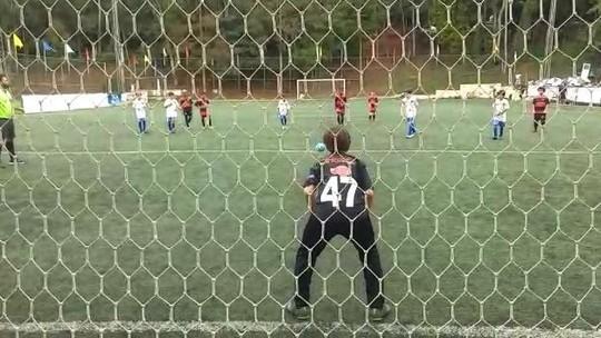 Fã de Diego Alves, goleiro da escolinha do Flamengo faz 6 defesas seguidas em MG; veja vídeo