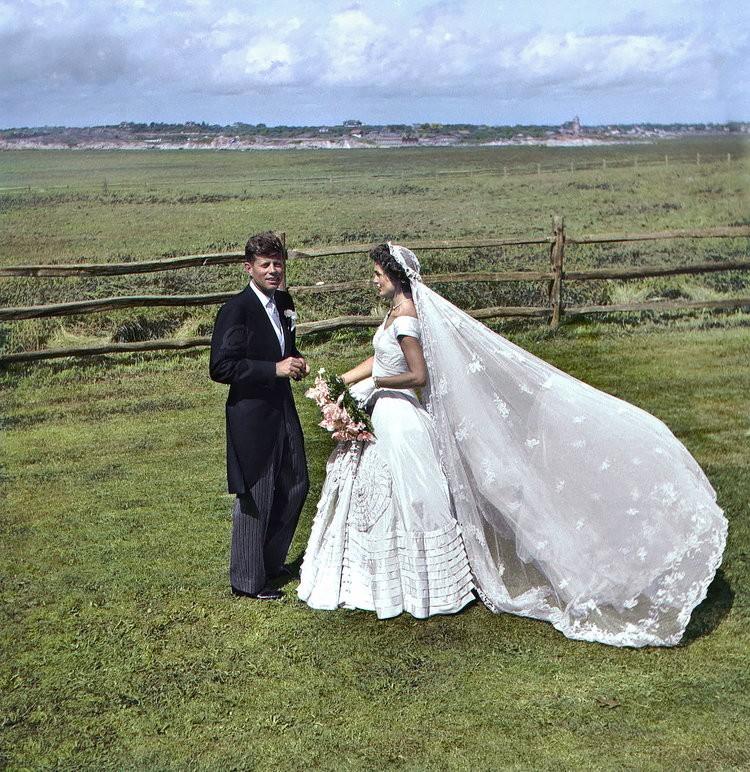 Casamento de Jackie e John F. Kennedy, em 12 de setembro de 1953. Colorizado por Marina Amaral (Foto: via Marina Amaral)