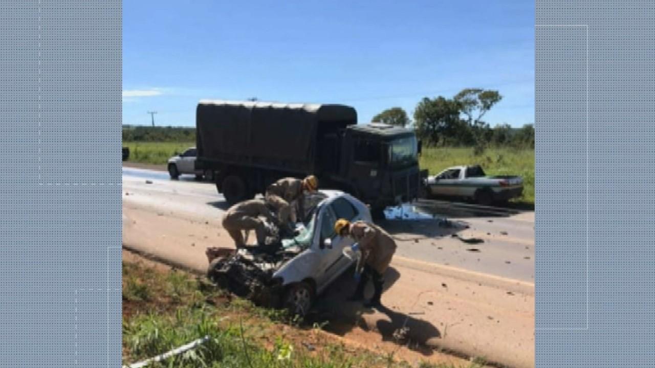 Mulher morre após bater carro contra caminhão do Exército na BR-020, em Formosa