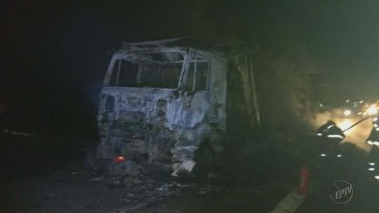 Caminhão carregado com tecido pega fogo na rodovia Fernão Dias, no Sul de Minas