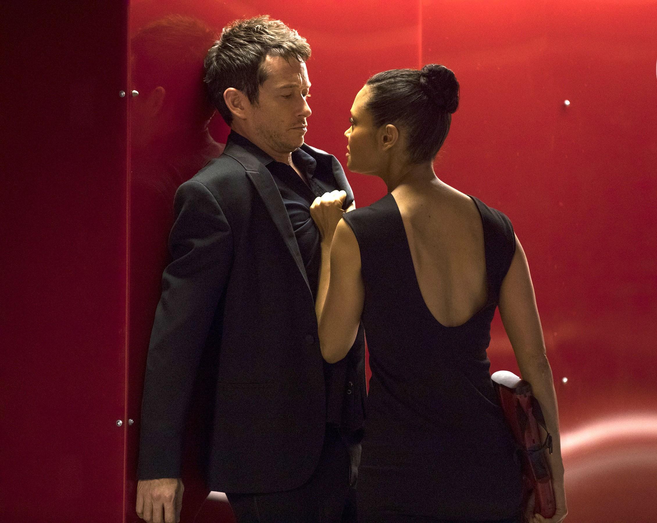 Simon Quarterman como Lee Sizemore, e Thandie Newton como Maeve Millay em Westworld (Foto: Divulgação)
