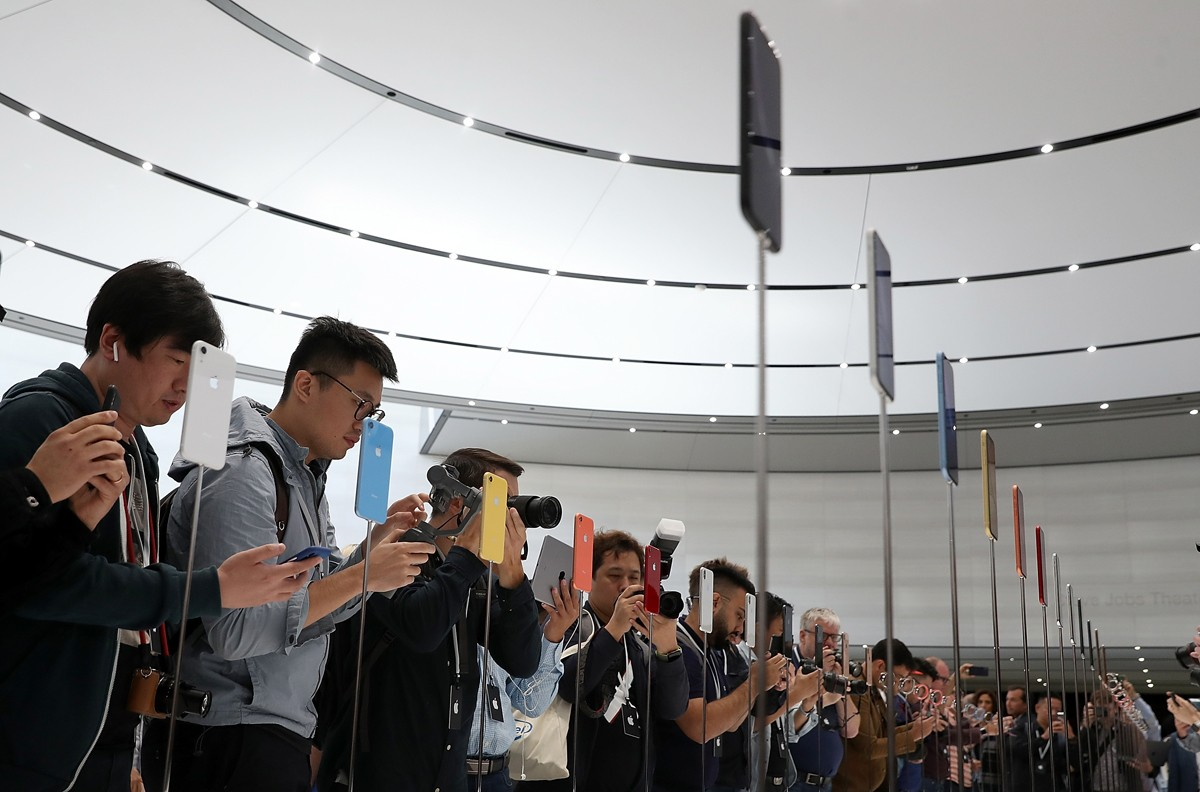 CUPERTINO, CA - SEPTEMBER 12:  Visitors inspect the new iPhone XR during an Apple special event at the Steve Jobs Theatre on September 12, 2018 in Cupertino, California.  Apple released three new versions of the iPhone and an update Apple Watch.  (Photo b (Foto: Getty Images)