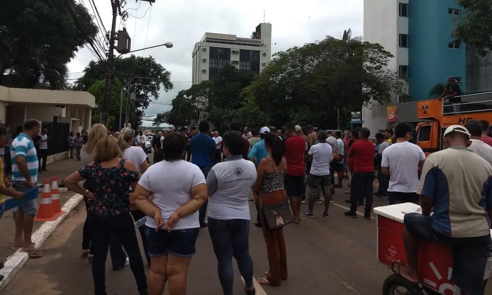 Servidores fecharam a Avenida Brasil, no Centro de Rio Branco, nesta terça (3) (Foto: Aline Nascimento/G1)