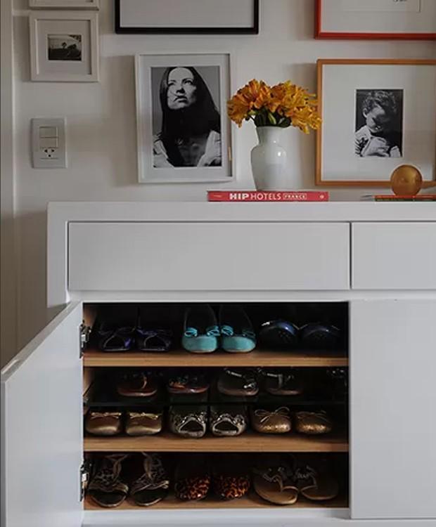Neste quarto, o móvel abriga a sapateira da moradora. Os nichos de 60 cm de largura e 15 cm de altura têm capacidade para guardar até 80 pares de sapatos. O projeto é da arquiteta Cinthia Liberatori (Foto: Marcelo Magnani)