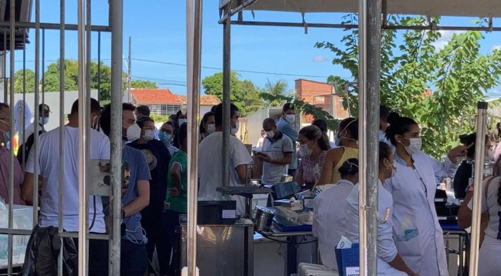 Equipes organizam insumos retirados de hospital durante incêndio  — Foto: Joelma Gonçalves/G1