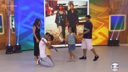 Marcello Melo Jr. se surpreende com família no palco do 'Encontro'