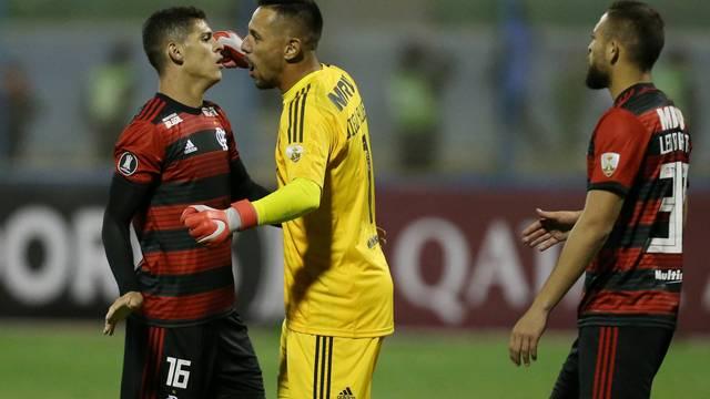 Diego Alves comemora vitória sobre o San José com Ronaldo e Léo Duarte