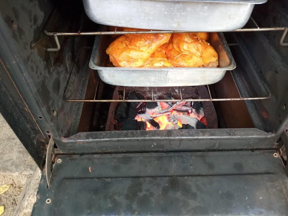 Forno do fogão adaptado também pode ser utilizado para assar alimentos — Foto: Arquivo Pessoal/Cícero Romão
