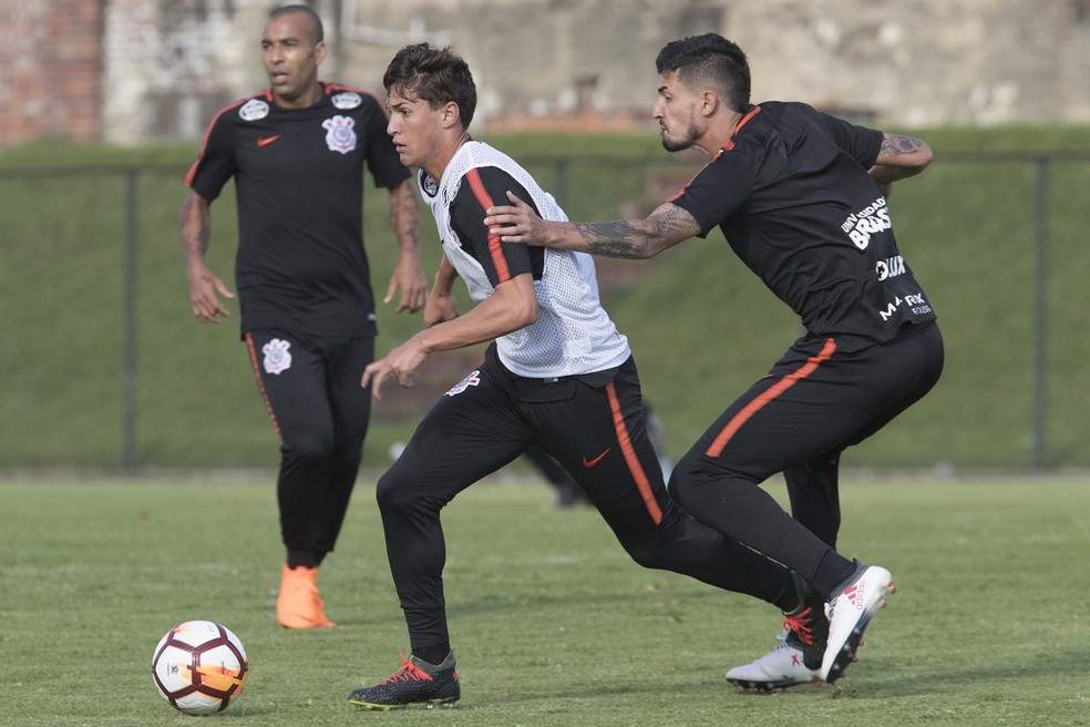 e18d17dc8f ... Mateus Vital (colete) será titular na estreia do Corinthians na  Libertadores — Foto