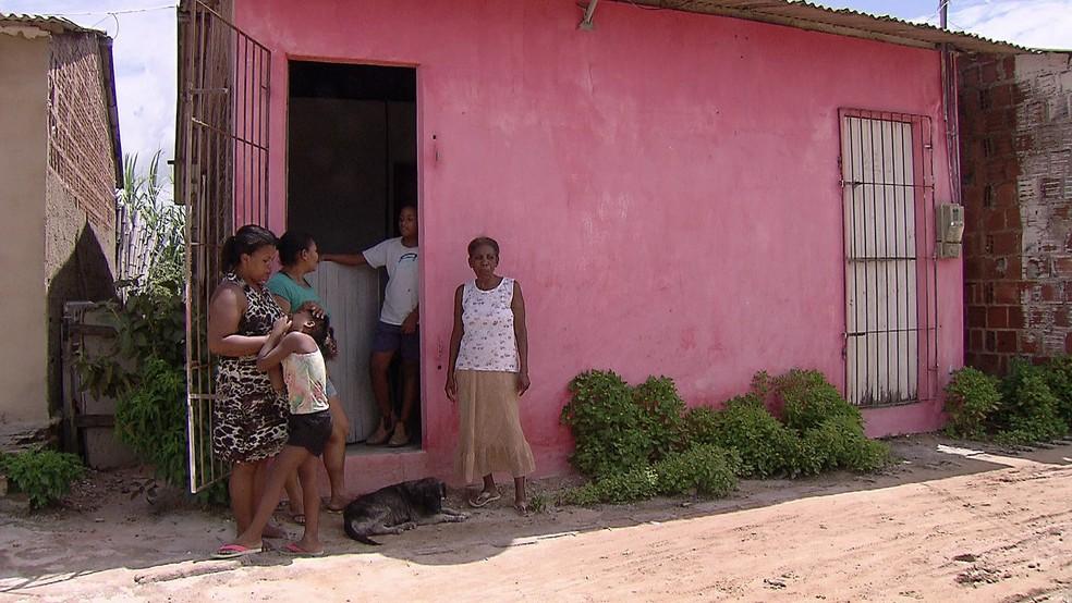 Dona Amara, mãe de Severina, vive em São José da Coroa Grande com as duas filhas e três netos — Foto: Reprodução/TV Globo