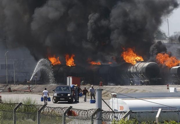Incêndio na refinaria de Manguinhos (Foto: Tomaz Silva/Agência Brasil)