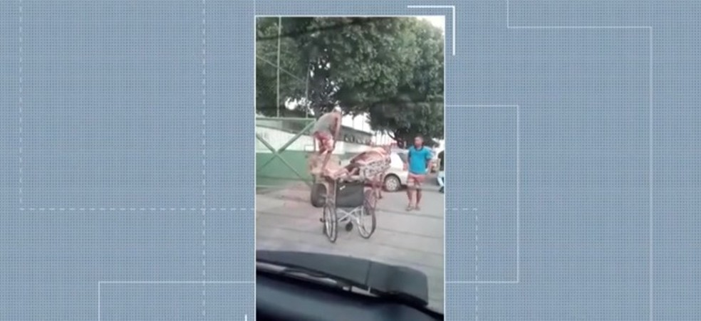Homem desmaiou e foi socorrido em uma carroça e levado para hospital, mas não resistiu — Foto: Reprodução/ TV Bahia