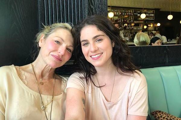 A atriz Tatum O'Neal  com uma filha (Foto: Instagram)