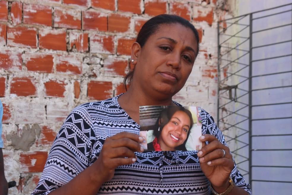 Mãe da jovem pediu por justiça durante velório da filha (Foto: Roberto Araujo/G1 PI)