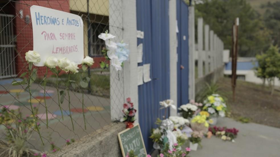 Cartaz lembra funcionárias como heroínas e crianças como anjos em Saudades — Foto: Sirli Freitas/Arquivo pessoal