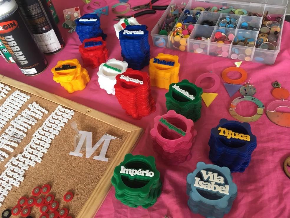Peças são confeccionadas na própria casa da passista e preços dos brincos variam de R$ 20 a R$ 38 (Foto: Patricia Teixeira/G1)