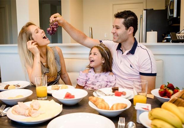 Pedro Leonardo com a mulher, Thais Gebelein, e a filha mais velha, Maria Sophia, em apartamento em Orlando (Foto: Léo Mayrinck)