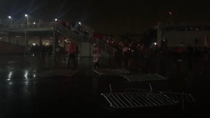 Torcedores protestam após empate com a Ponte Preta  (Foto: Reprodução )