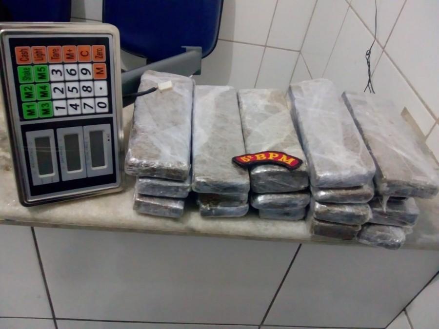 Polícia prende dupla com 7,5 kg de maconha enterrados em casa em Maceió - Notícias - Plantão Diário