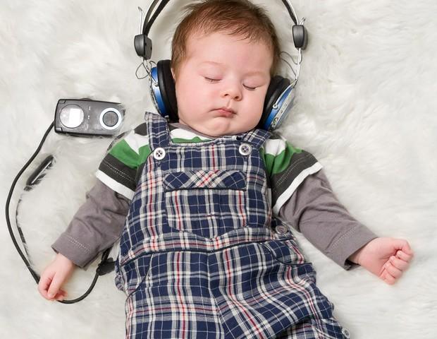 Bebê de fone de ouvido (Foto: Thinkstock)