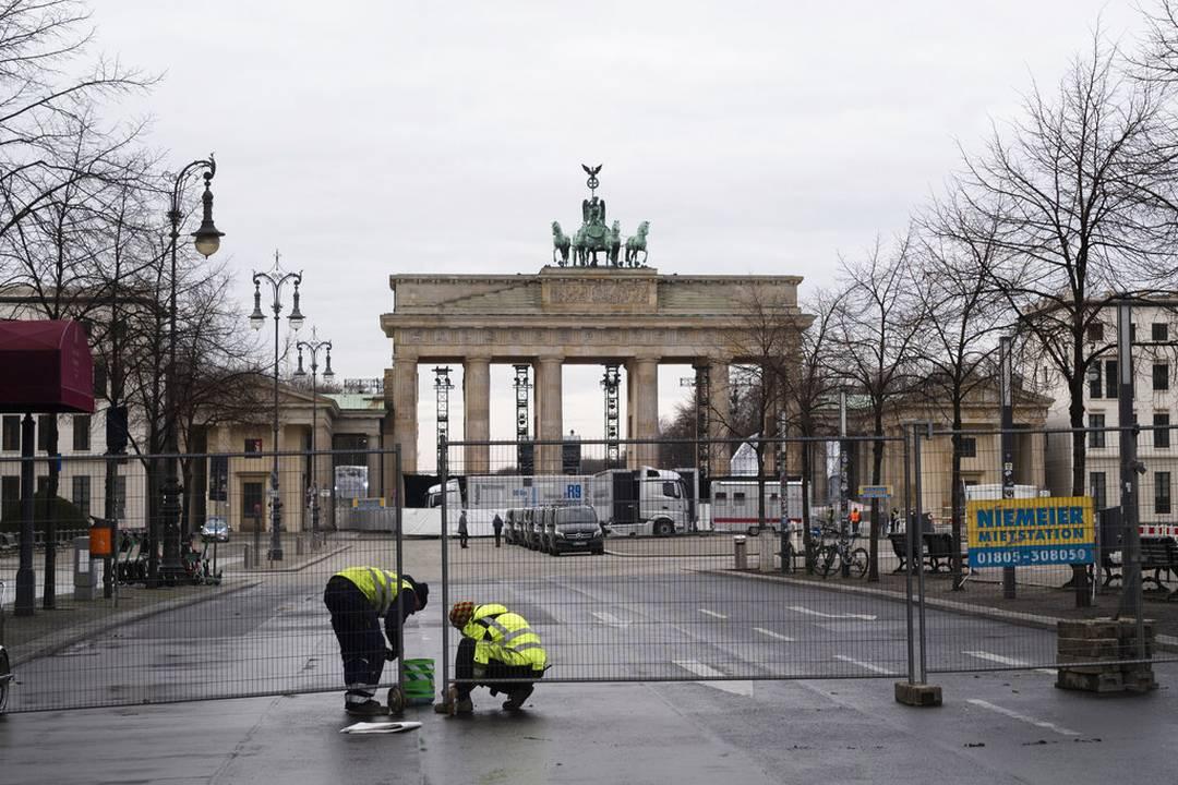 Na Alemanha, trabalhadores cercam a área ao redor do Portão de Brandenburgo, marco de Berlim