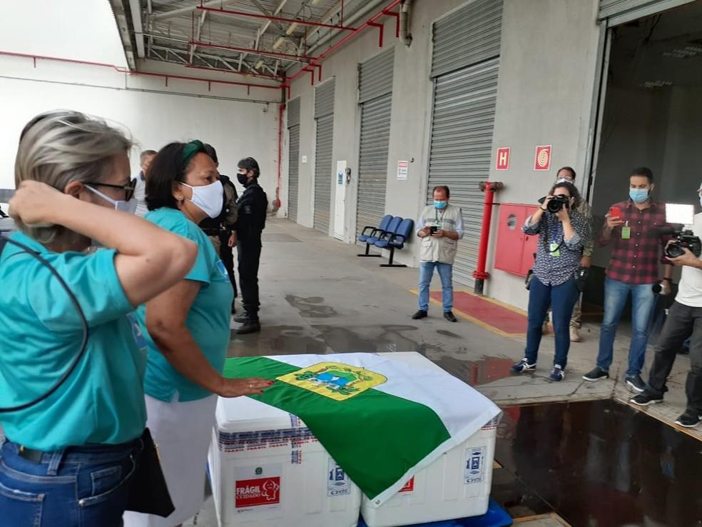Governadora Fátima Bezerra (PT) foi ao aeroporto receber as doses da vacina — Foto: Julianne Barreto/Inter TV Cabugi