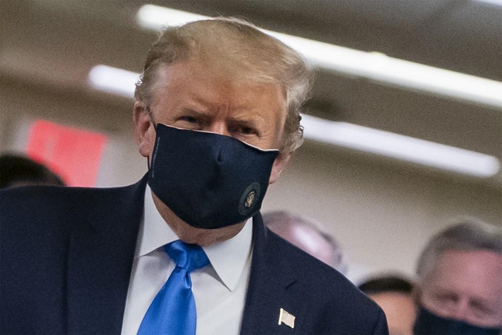 Trump com máscara — Foto: AFP