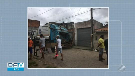 Tampa de bueiro se solta com passagem de carro de lixo e atinge idoso