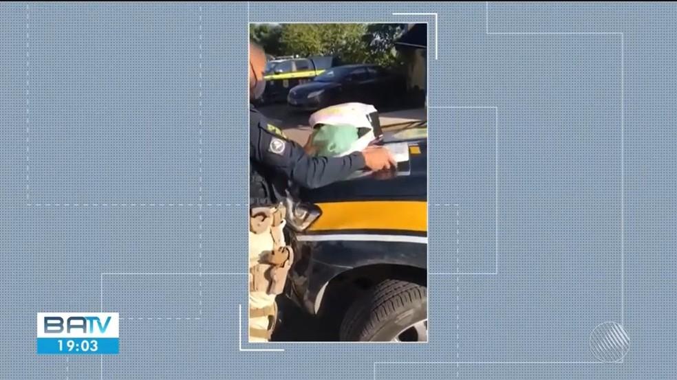 PRF achou cinco quilos de cocaína na mochila de passageira em ônibus na BA — Foto: Reprodução / TV Subaé