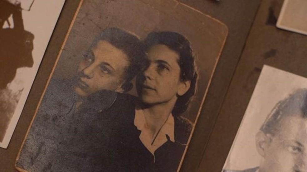 Andor Stern em foto com sua mãe; ela foi morta na câmara de gás em Auschwitz, quando ele era adolescente — Foto: Arquivo pessoal/ BBC