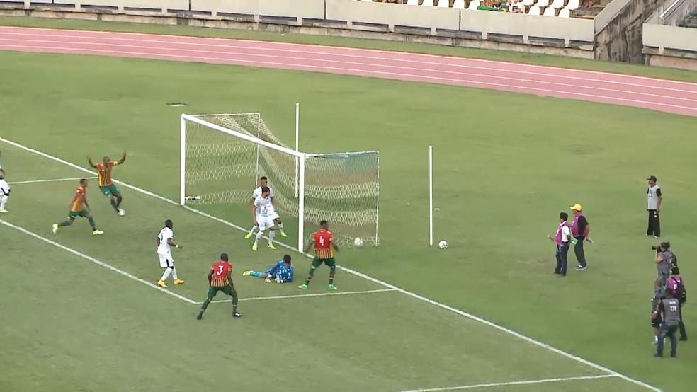 Maracás fez o primeiro gol do Sampaio na vitória contra o Confiança (Foto: Reprodução / TV Mirante)