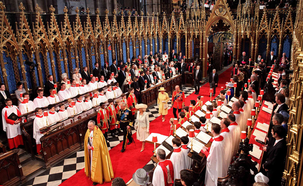 O príncipe Charles, a Rainha Elizabeth II e o príncipe Philip entram na Abadia de Westminster para o casamento de William e Kate, em 2011 — Foto: Associated Press