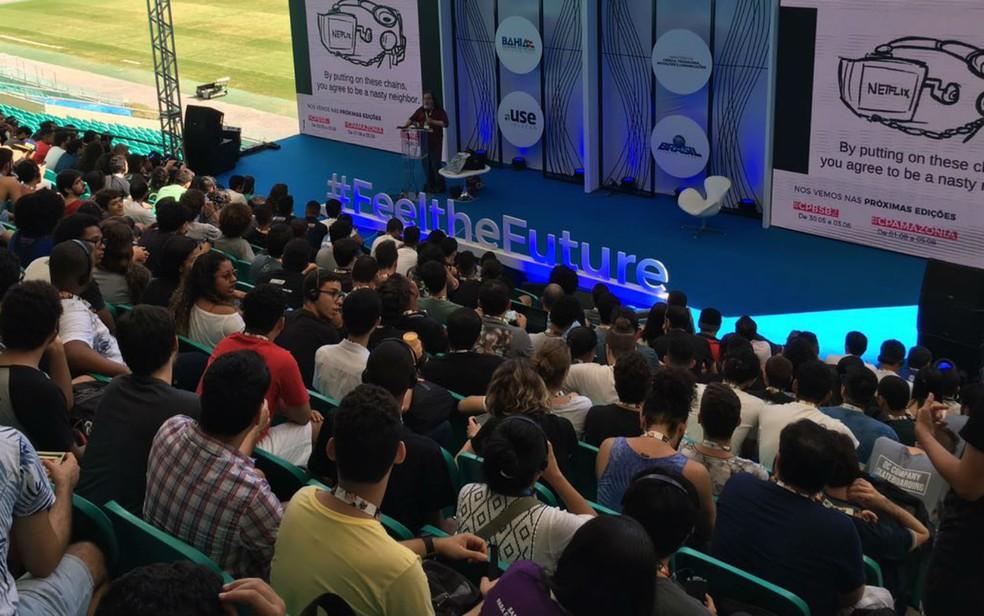 Jovens se reúnem na plateia do palco #FeeltheFuture para assistir a palestra de Richard Stallman (Foto: Itana Alencar/G1 BA)