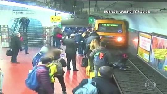 VÍDEO: homem desmaia e derruba mulher em trilho em Buenos Aires