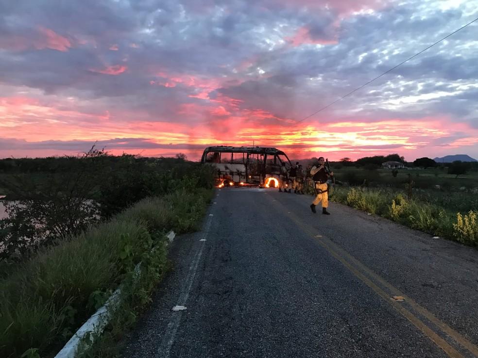 Na fuga, criminosos incendiaram um micro-ônibus — Foto: Jair Sampaio