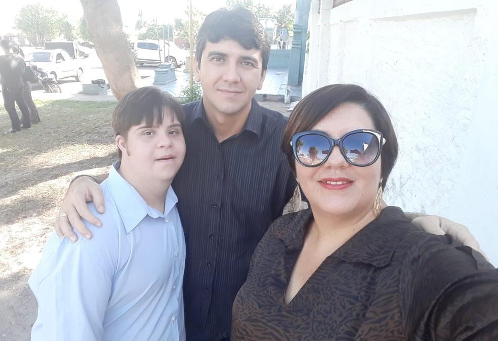 Gabriel com a mãe Patrícia e um amigo, antes da cerimônia em Alenquer (Foto: Patrícia Valente/Arquivo Pessoal)