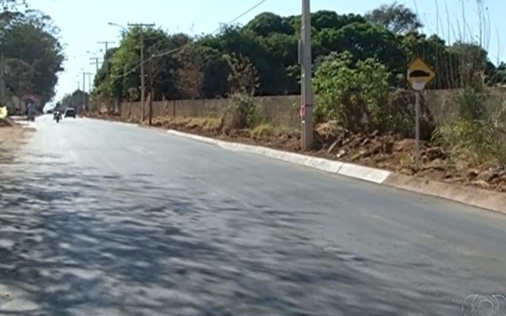 Rua íngrime favorece carros em alta velocidade em Valparaíso de Goiás (Foto: Reprodução/TV Anhanguera)