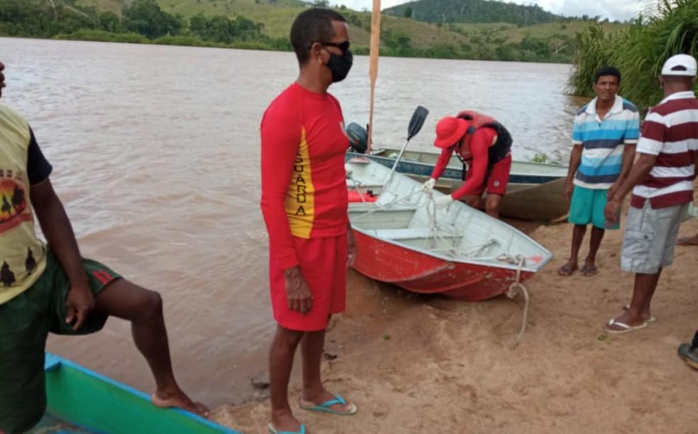 Corpo de adolescente que estava desaparecida após carro descer ladeira de ré e cair em rio é encontrado — Foto: Corpo de Bombeiros