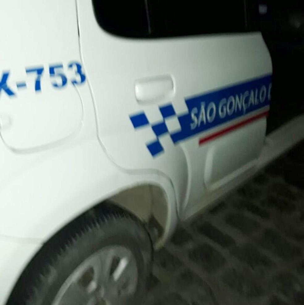 taxista foi encontrado morto, dentro do carro dele, por volta das 19h (Foto: PM/Divulgação)