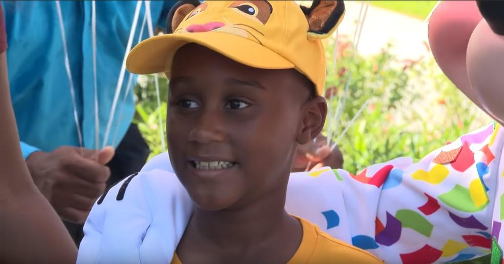 Jermaine Bell usou o dinheiro que economizava para ir à Disney para comprar comida para os que buscavam escapar do furacão Dorian; — Foto: Reprodução Youtube/Disney Parks