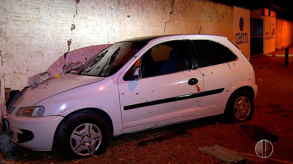 Suspeitos bateram o carro no muro do parque Aristófanes Fernandes — Foto: Reprodução Inter TV Cabugi