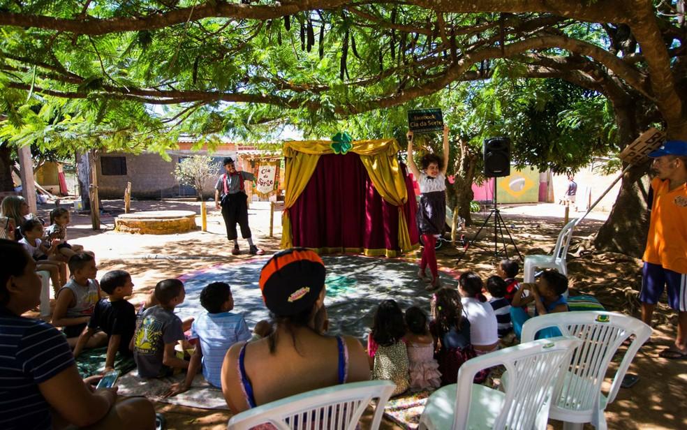 Palhaço Trevolino e palhaça Lelê durante espetáculo em viagem de fusca pelo Brasil (Foto: Cia. da Sorte/Divulgação)