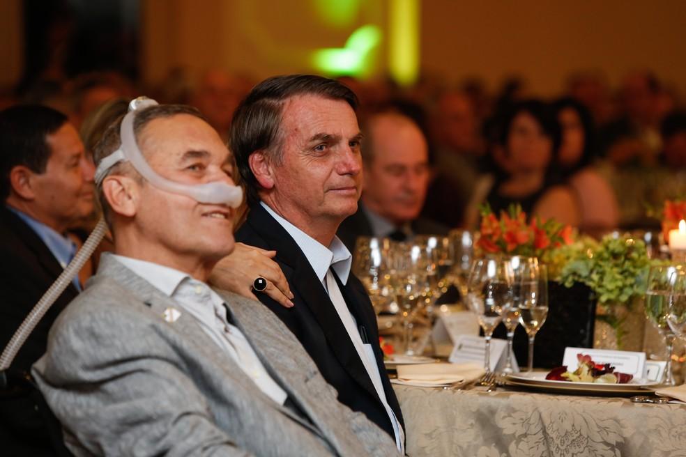 Presidente Bolsonaro e o ex-comandante do Exército general Villas Bôas — Foto: Isac Nóbrega/PR