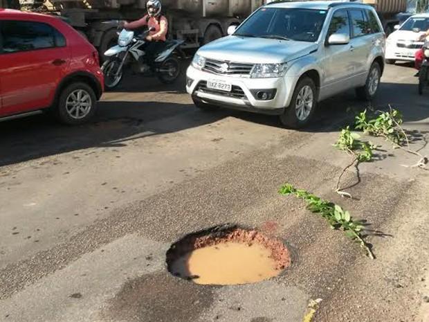 Acidente aconteceu após duas motociclistas tentarem desviar de um buraco na avenida. (Foto: Douglas Pinto/TV Mirante)