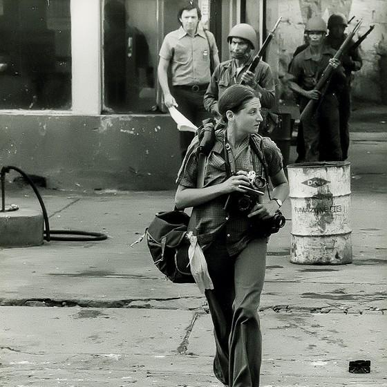 Susan Meiselas em ação em Monimbo, na Nicarágua, em setembro de 1978 (Foto: © Alain Dejean Sygma)