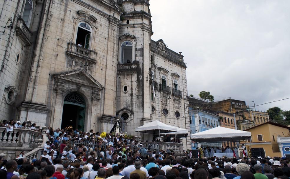 Fiéis lotaram a igreja de Nossa Senhora da Conceição da Praia (Foto: Egi Santana/G1)