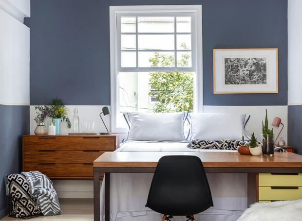 Mesa para trabalhar separa cama da sala de tv. Mesa, criado mudo e cômoda Fernando Jaeger. Cadeira Westwing. (Foto: Maura Mello/Divulgação)