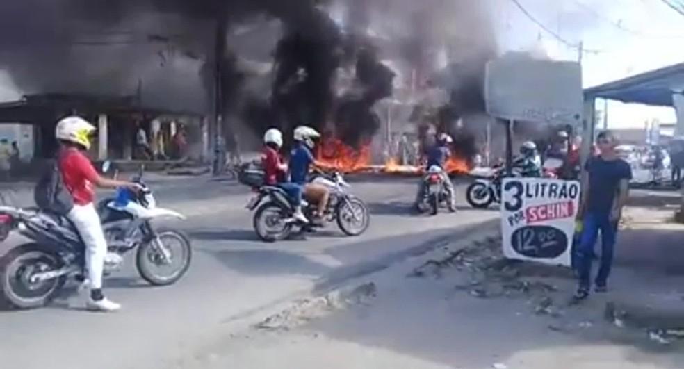 Moradores atearam fogo a entulho durante protesto no Ibura, Zona Sul do Recife — Foto: Reprodução/WhatsApp